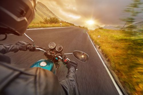 moto sur route de campagne