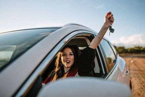 Jeune en voiture