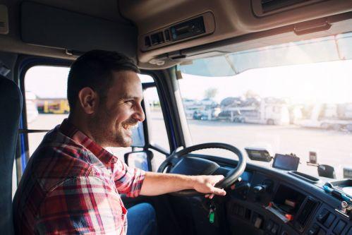 Homme au volant d'un camion