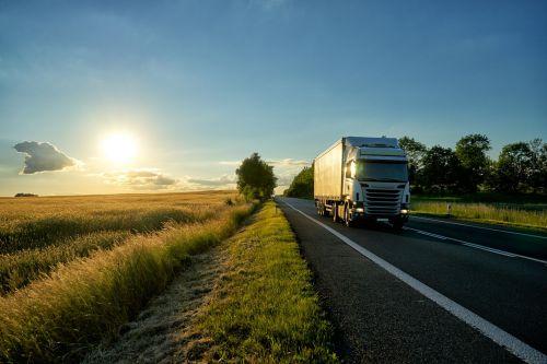 camion sur route de campagne