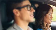 Deux personnes au volant d'une voiture