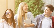Jeunes qui vont à un stage code en souriant
