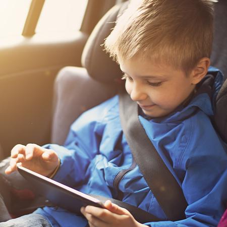 Enfant qui regarde un film sur une tablette